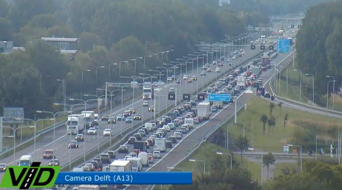 Aanhouding door de politie op de #A13 bij Delft-Noord. Levert richting Den Haag een forse file op. http://t.co/lfPwqDnhrx