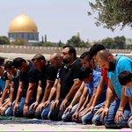 Jumaat tadi regim Zionis terus perketatkan halangan solat ke Masjidil Aqsa. Solat didirikan jua meskipun di jalanan. http://t.co/FQNtoh04lQ