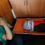 صورة مؤثرة.. والد الطفل الفلسطيني عند رأس طفله والذي استشهد بعد حرق منزلهم من قِبل الإسرائيليين. #حرقوا_الرضيع - http://t.co/uKGhdjacFA