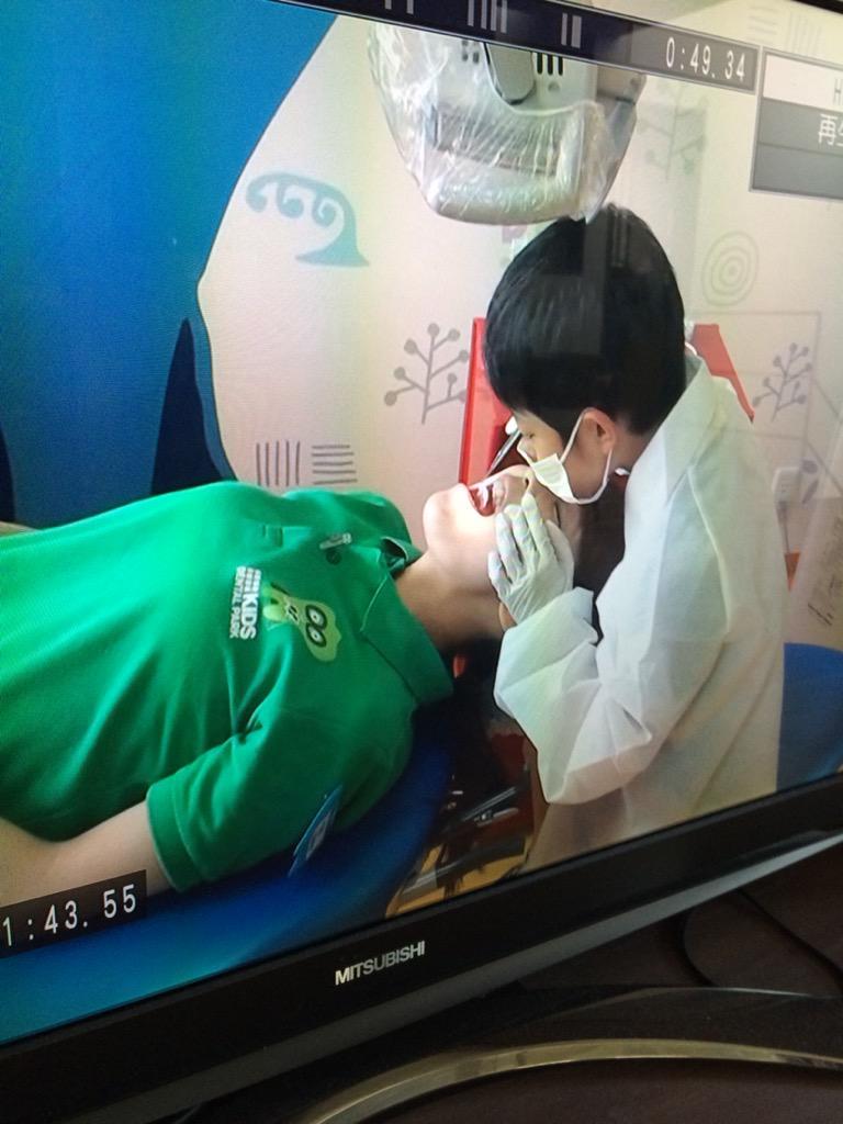息子が、小学生向け歯医者イベントの「歯医者になって親の歯を見てみよう」コーナーで、担当の歯科衛生士さんに  「キレイなお姉さんの歯が見たいです。」  と言って、その歯科衛生士さんの歯を見せて貰ったらしい。  おい、スゴい積極性だな…。 http://t.co/ntCwhVuuqK