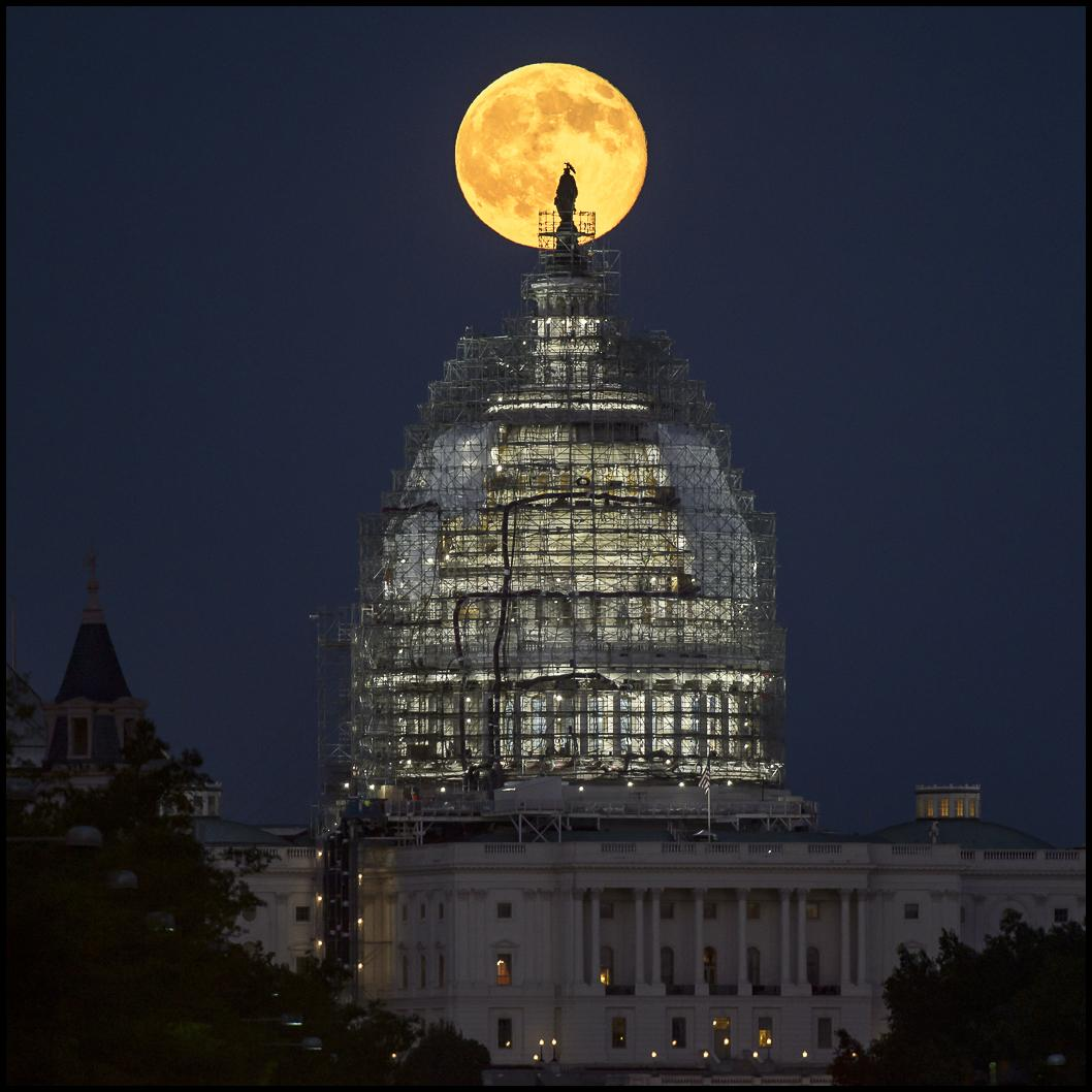 Image of the moon rising above the U.S. Capitol. https://t.co/NED7Hets14 #BlueMoon #BlueMoon2015 #nasabluemoon http://t.co/tZFvitoZUI