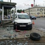 Выбросили у @StarikovSS фотку где таксист снёс остановку напротив Советской 110. Подробности скоро. http://t.co/vAccqvEiw5