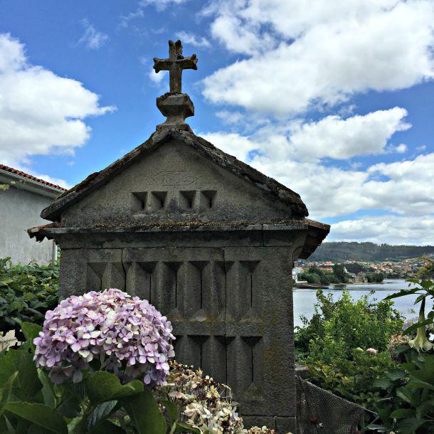 """Paseo y """"vinos"""" por el precioso pueblo de #Combarro #Pontevedra con @rafahg y @portas1969  http://t.co/5xoJs0CiMp http://t.co/sEFYLgYEC7"""