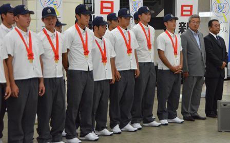福岡代表の九州国際大付の選手たちは、本日、甲子園に向け宿のある神戸に向かいました。 http://t.co/VrTzRVS0JC