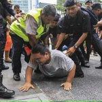 Apa sudah jadi dengan Malaysia? Orang tengah bersenam kuruskan badan pun ditangkap. #TangkapNajib http://t.co/MqaC0KPCQB