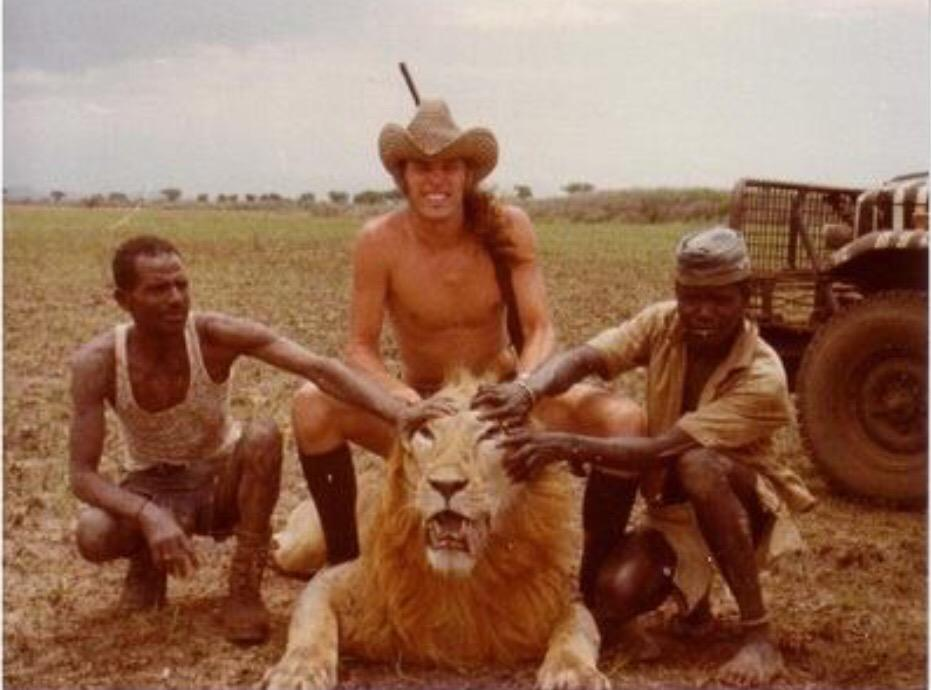 #TedNugent sodomizes a dead #lion. Absolutely #despicable http://t.co/KEtGy05mSK