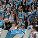 Ronaldinho Gaúcho e a torcida do Grêmio. Foto sensacional de Pedro Kirilos. http://t.co/e2Pq2XgH9t