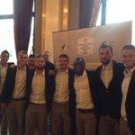 @Eintracht_News Danke Jungs, für das spontane Fan-Foto. Viel Erfolg morgen. Euer Frankfurt Main Finance Team. #SGETFC http://t.co/9HgFsPiHrZ