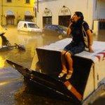 Violento nubifragio a #Firenze. Treni bloccati verso Roma, ci sarebbero feriti http://t.co/SpK9rzeiNg http://t.co/0cEk2DFGim