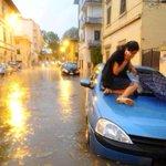 Nubifragio Firenze:città sommersa - Le foto del disastro, gente sulle auto #firenze http://t.co/Y9Fphso1Eu http://t.co/WGHKlF5UXZ