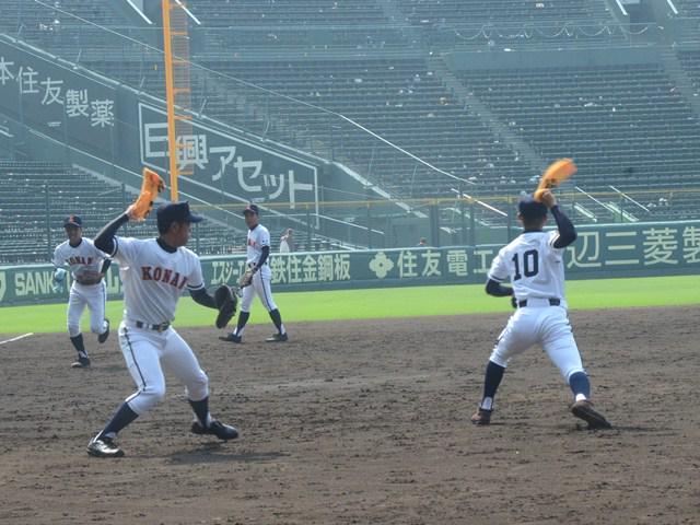 甲子園見学の時間は15分と限られ、例年と違いボールも使えません。このため興南高校の選手たちは、タオルをボールに見立てた送球練習を行い、甲子園の感覚を実感しました。終了後は次のチームのためにグラウンドを手でならすことも忘れませんでした。 http://t.co/YouwtPL2mh