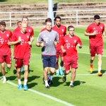 Antes del vuelo de regreso a Múnich, el equipo realiza una sesión de entrenamientos en Wolfsburgo. #SiempreAdelante http://t.co/k1gITJmH82