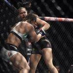 Com direita potente, Ronda nocauteia Bethe de forma devastadora em 34s http://t.co/kxHzhYiY4z http://t.co/m91Jmdma2X
