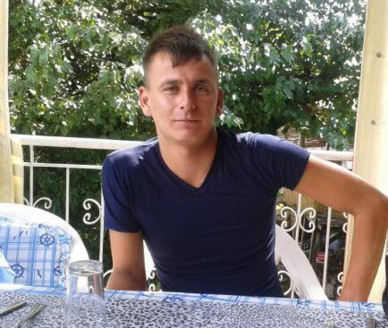 Adı: Barış Soyadı: Akkabak. Annesini kanser almış, baba evi terketmiş. Dede ve ninesi büyütmüş. Şehidine bak Türkiye. http://t.co/bD25NtdXwn
