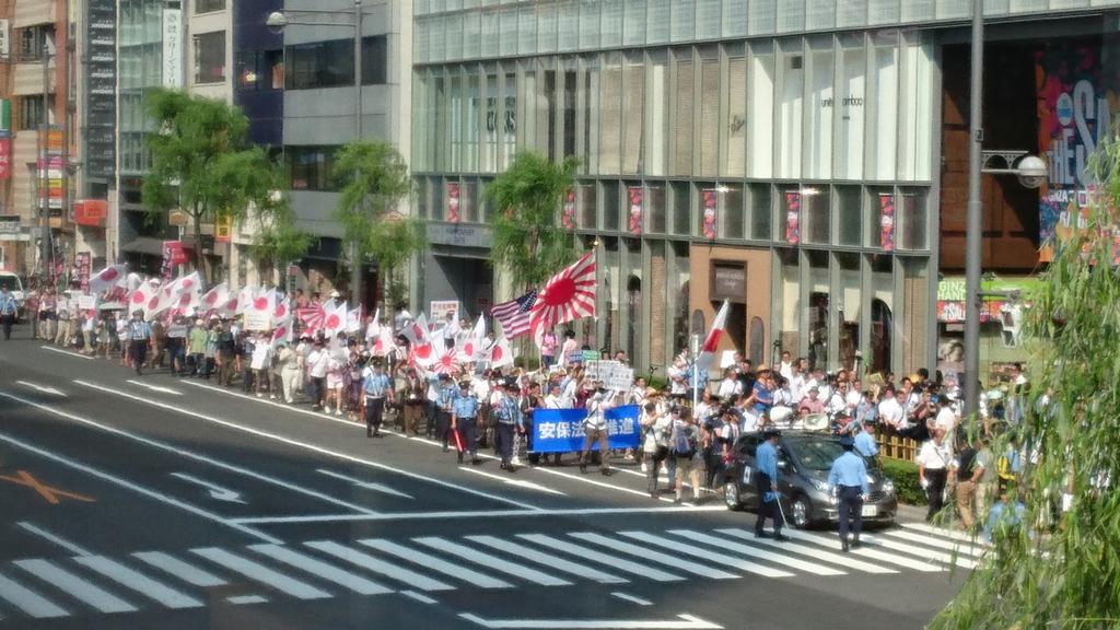 【本日行われた対照的な二つのデモです。ご確認ください】 画像左は銀座で行われた安保法案賛成デモ 画像右は渋谷で行われた安保法案反対デモ http://t.co/1kAXz1Qv2X