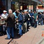 Üç yıldır her hafta 500 kişilik yemek veriyorlar http://t.co/atg9muMbkn http://t.co/p2Ey0kiI2U