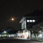 #WajahBDG via @s_white9: Bulan yg indah malam ini di kota #Bandung. Dilihat dari Stasiun KA #Bandung :). @ppkadaop2bd http://t.co/B59UA1pXWp