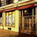 Así está el mítico @ElCafeComercial, con los cristales llenos de notas que lamentan su cierre #CaféComercial #Madrid http://t.co/VCAiKVnQt7