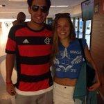 .@RondaRousey está no Maracanã assistindo ao jogo entre @Flamengo e @SantosFC! Curtiram a vitória dela ontem? http://t.co/dQB8PMK1fI