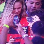 Ronda Rousey, campeã do UFC, acompanha Flamengo x Santos no Maracanã. http://t.co/ss12Vf01gq