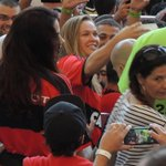 Olha aí a Ronda Rousey com a camisa do Flamengo. A campeã está no Maracanã. Foto do @rotstein_. http://t.co/yYJ13QzFoY