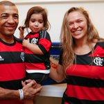 Com camisa do Flamengo, Ronda Rousey assiste a jogo no Maracanã e ganha aplausos. http://t.co/65WpGxq9Gy http://t.co/WfRJYugDva