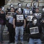 Fotógrafos deciden que todas las fotos tomadas en la protesta sean firmadas por #RubénEspinosa http://t.co/CnigNVvsMU http://t.co/YmSBS9Q3Vy
