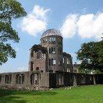 【世論調査】原爆投下日、7割が正確に答えられず http://t.co/skrVF2mysa 広島を8月6日と正答した人は広島で69%、全国で30%。長崎の8月9日については、長崎で59%、全国で26%だった。 http://t.co/2fgV51IJ1c