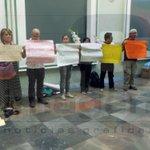 En #Puebla periodistas protestan por asesinato de #RubénEspinosa, fotoperiodista q se exilió de Veracruz por amenzas. http://t.co/Hzyn3jxG5e