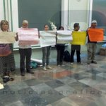 En #Puebla periodistas protestan por asesinato de #RubénEspinosa, fotoperiodista q se exilió de Veracruz por amenzas. http://t.co/xeFgqNbWso