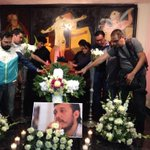 Velorio de #RubénEspinosa fotoperiodista asesinado en la Ciudad de #México. #JusticiaParaRuben vía @alexmelon http://t.co/mx6mPwV60Z