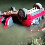 Carro perde controle, capota e cai dentro do Lago Paranoá, no DF http://t.co/Ia8BES1uO7 #G1 http://t.co/omwn9YqZ3L