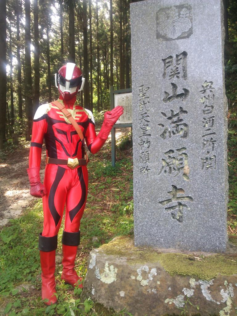 というわけで、次は関山満願寺でした 謎の石像の前ではしゃぐ観光客 #ダルライザーかわいい #すごろくガイド http://t.co/gjYRJPW5nY