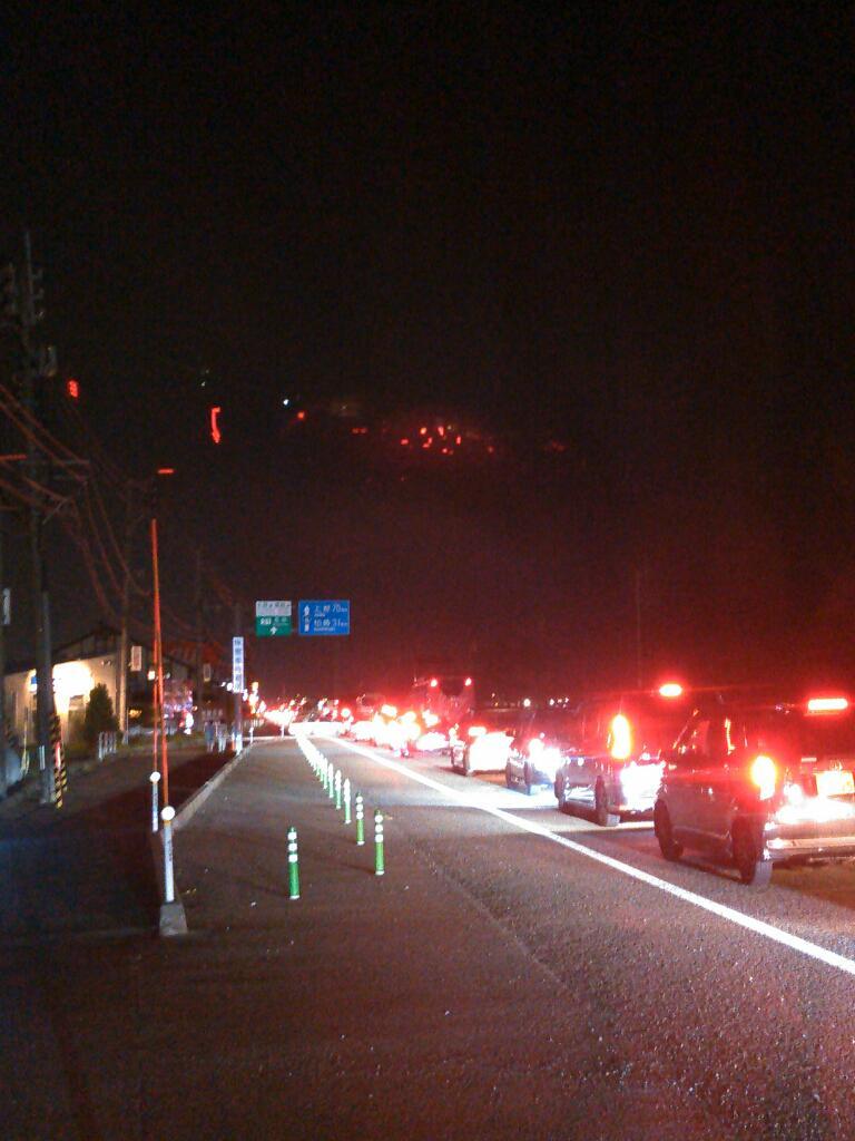 これが長岡花火名物『長岡大橋までは空いてたからインターまでスムーズに帰れると思ったの?』渋滞である。 http://t.co/7zFuNxhGu0