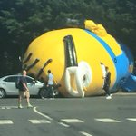 Giant 40-foot Minion causes traffic chaos in Dublin http://t.co/Y1gdFdP63D http://t.co/jXJX9OUbZb