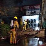 ESTÁ PASANDO: 3 Locales afectados por las llamas tras incendio en calle San Martin frente a Hospital. http://t.co/UMkM8nqDj7