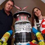 HitchBOT creators offered help to rebuild hitchhiking robot http://t.co/3KPBCRl3dJ http://t.co/InseSRLF0b
