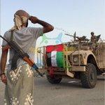 فرسان الإمارات: هنا يؤدي احد افراد #المقاومة_الشعبية التحية العسكرية لعلم الامارات بعد الانتهاء من تحرير مطار #العند  http://t.co/kZTOm3SfKL