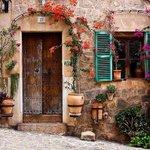 طليّت... مالقيت غير الورد عند الباب  #فيروز #Fairouz http://t.co/mTOzqMgkcS