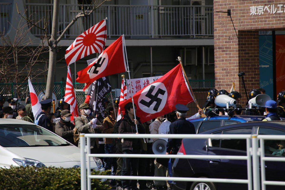 【撮影記録】2014年3月・東京での日本の排外主義者によるネオナチデモ。 ハーケンクロイツを掲げたデモの参加者は、8月2日に銀座で行われた安保法案賛成デモにも参加。彼らは安倍首相と彼の保守的な政権を支持しているのだ。(撮影:秋山理央) http://t.co/Ztuxlyemqa