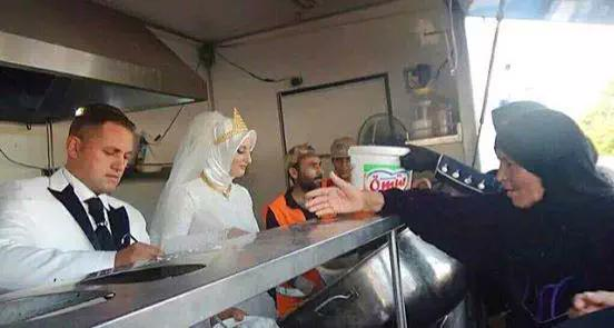 HUMANITY: #Turkish bride and groom gave food to 4,000 #Syrian refugees instead of guests on their wedding day. PHOTO: http://t.co/9Y22rS0Q1T