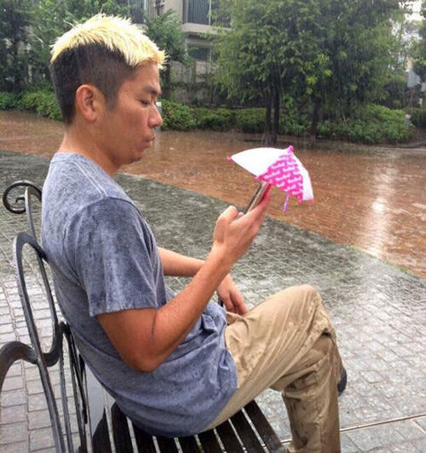 Smartphone Umbrellas. The next #TrillionDollarIdea http://t.co/D3yI0XcJVO