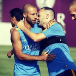 [FOTO] @andresiniesta8 da la bienvenida a @Mascherano, nuevo capitán del Barça para esta temporada #FCBCaptains http://t.co/ZZPRbz3JkB