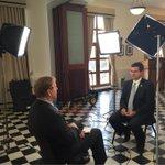 Con @ChrisBuryNews de PBS @NewsHour discutiendo el efecto q tendrá el impago sobre la isla y presentando alternativas http://t.co/3mJOotThu4