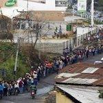 """Дружественная Венесуэла, 2015. Очередь за едой.  Напоминаем, что всё начиналось с лозунга: """"Венесуэла встает с колен"""" http://t.co/YorDHy6xrR"""