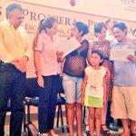 @Rosario_Robles_  encabeza la entrega de apoyos de diversos programas sociales en Puerto Escondido, #Oaxaca http://t.co/7RlSst4MTo