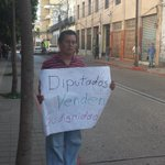 Manifestación solitaria al salir los diputados del @CongresoGuate. Vía @jgramajo_pl http://t.co/GYBSVxPLHZ