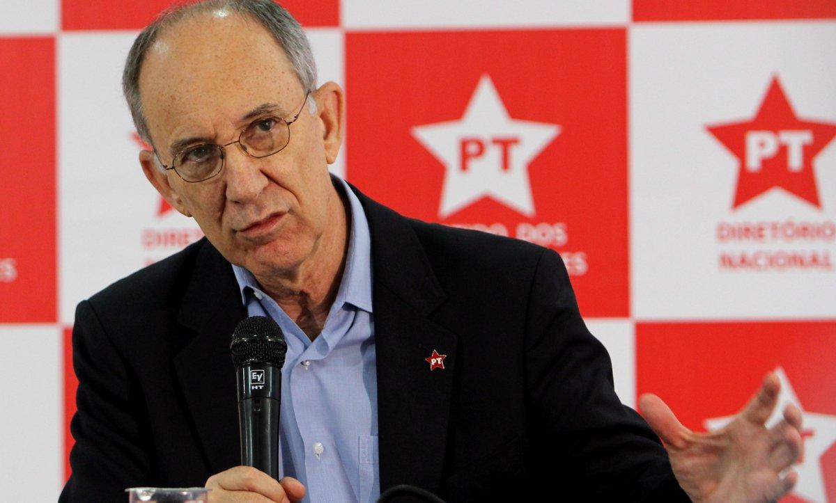 Dudu Braga (@DuduBraga2): Publicamente. RT @JornalOGlobo: Direção do PT decide não defender José Dirceu. http://t.co/5N6rCxTsjN http://t.co/bBDvwnFewQ