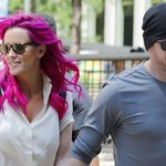 Jenny McCarthy showed off her pink hair while stepping out with hubby Donnie Wahlberg: http://t.co/ZUc0yOepVb http://t.co/Io7PKMwiBT