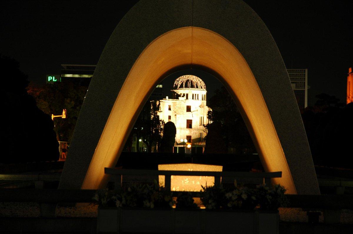 【70年目の夏・・・】 8月6日は広島市が原子爆弾により被爆してから70年になります。 午前8時15分から,ご家庭や職場などで,原爆によって死没された人々への冥福と恒久平和の確立を祈り,1分間の黙とうを捧げましょう。 #広島 http://t.co/dAC2JgyZvU